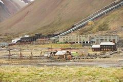 Widok rujnująca kopalnia węgla w zaniechanym Rosyjskim arktycznym osadniczym Pyramiden, Norwegia Zdjęcie Stock