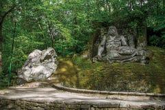 Widok rzeźba wśród roślinności w parku Bomarzo zdjęcie stock