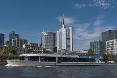 Widok rzeczna magistrala z turystycznym statkiem i linią horyzontu fotografia stock