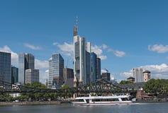 Widok rzeczna magistrala z turystycznym statkiem i linią horyzontu w Frankfurt, G obraz royalty free