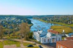 Widok Rzeczna wycieczka turysyczna i Miasta Verkhoturye Verkhoturye bielu kamień od terytorium Kremlin obrazy stock