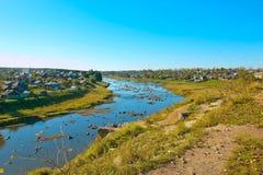Widok Rzeczna wycieczka turysyczna i Miasta Verkhoturye Verkhoturye bielu kamień od terytorium Kremlin obraz stock