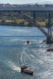 Widok rzeczny Douro i mostów d Maria Pia infant, banki i łodzie na rzece, żegluje obraz stock