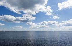 Widok rzeka, niebo z chmurami, horyzont Obrazy Stock