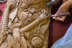 Widok rzemieślnik ręka używać ścinaka grawerować tha Zdjęcie Stock