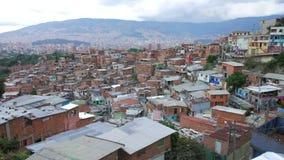 Widok sąsiedztwo w «Comuna 13 «Medellin Kolumbia z centrum miasta w tle, panning strzał zbiory wideo