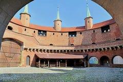 Widok sławny barbakan w Krakowskim, Polska Podwórze Część miasto ściany fortyfikacja fotografia stock