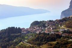 Widok sławny miasteczko Tremosine zdjęcia royalty free