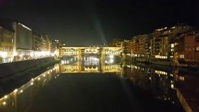 Widok sławny ponte vecchio most na Arno rzece Florence dzień i noc zdjęcie stock