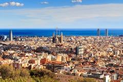 Widok Sagrada Familia i Agbar wierza od Parkowego Guell w Hiszpanii Zdjęcia Royalty Free