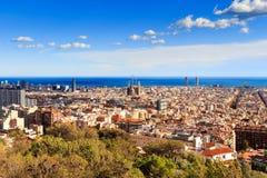 Widok Sagrada Familia i Agbar wierza od Parkowego Guell w Hiszpanii Obraz Stock