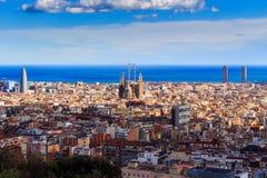 Widok Sagrada Familia i Agbar wierza od Parkowego Guell w Hiszpanii Fotografia Stock