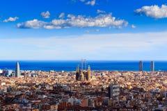 Widok Sagrada Familia i Agbar wierza od Parkowego Guell w Hiszpanii Zdjęcie Royalty Free