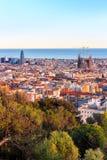 Widok Sagrada Familia i Agbar wierza od Parkowego Guell w Hiszpanii Zdjęcie Stock