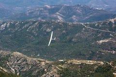 Widok sailplane nad górami Zdjęcia Royalty Free