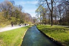 Widok Schwabinger Bach przy Englischer Garten w Monachium Fotografia Royalty Free