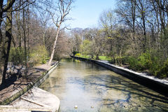 Widok Schwabinger Bach przy Englischer Garten w Monachium Zdjęcia Royalty Free