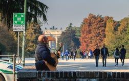 Widok Sempione park dokąd sztuki muzycy dla turystów Fotografia Royalty Free