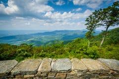 Widok Shenandoah dolina od Jewell wydrążenia Przegapia na niebie obrazy stock