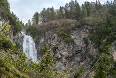 Widok siklawa blisko Lenzerheide w Szwajcarskich Alps w pogodnym wiosna dniu - 4 obraz stock