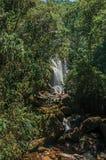 Widok siklawa i ludzie w Itatiaia parku Zdjęcia Royalty Free
