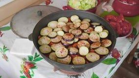 Widok składnika cięcie w płatki w wielkim kucharstwo garnku Ręki bielu kucharz nalewają sól w naczynie zbiory wideo