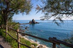Widok skała z krzyżem w wiosce Riva Trigoso, ligurian Riviera, genuy prowincja, Włochy zdjęcia royalty free