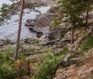 Widok skalisty brzeg jezioro obraz stock