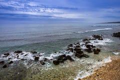Widok Skalisty brzeg z kryształ wodą morze w Sicily fotografia stock