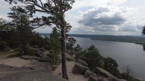 Widok skalisty jezioro od góry z skałami i drzewami od chmurnego pogodny zdjęcie wideo