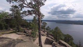 Widok skalisty jezioro od góry z skałami i drzewami zdjęcie wideo