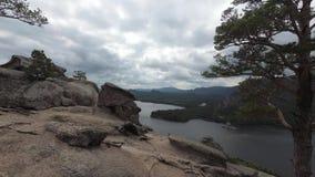 Widok skalisty jezioro od góry z skałami i drzewami zbiory