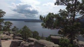 Widok skalisty jezioro od góry z skałami i drzewo faborkami życzenia na gałąź zdjęcie wideo