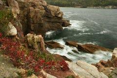 Widok skalisty wybrzeże Atlantycki ocean USA Mężczyzny Acadia park narodowy obraz stock