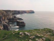 Widok skalisty wybrzeże w St Govan& x27; s głowa zdjęcia stock