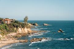 Widok skalisty wybrze?e w Koronie s?onecznej Del M?c?cy, newport beach, Kalifornia obraz stock