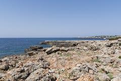Widok skalisty wybrzeże w Menorca, Balearic wyspy, Hiszpania Fotografia Royalty Free