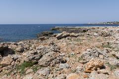 Widok skalisty wybrzeże w Menorca, Balearic wyspy, Hiszpania Zdjęcie Stock