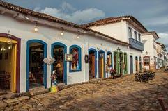 Widok sklepy w starych domach i brukowiec przy zmierzchem w Paraty obraz stock