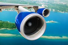 Widok skrzydło samolot i biegać silniki w Fotografia Royalty Free