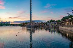 Widok Sky Tower, sklep, restauracje na dockside przy Seaworld w zawody mi?dzynarodowi Jedzie teren zdjęcia stock