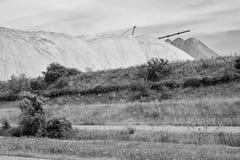 Widok solankowa kopalnia i sztuczny kopiec z zieloną trawą w przedpolu Zdjęcie Royalty Free