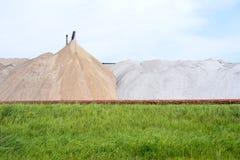 Widok solankowa kopalnia i sztuczny kopiec z zieloną trawą w przedpolu Zdjęcia Royalty Free