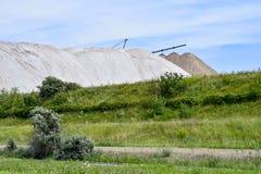Widok solankowa kopalnia i sztuczny kopiec z zieloną trawą w przedpolu Obrazy Stock
