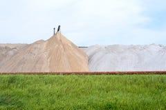 Widok solankowa kopalnia i sztuczny kopiec z zieloną trawą w przedpolu Fotografia Royalty Free