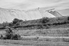 Widok solankowa kopalnia i sztuczny kopiec z zieloną trawą w przedpolu Zdjęcia Stock