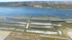360 widok solankowe niecki otaczać morzem i górami Pag wyspa, Chorwacja zbiory wideo
