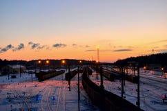 Widok sortuje stacja kolejowa frachtowi samochody zdjęcia royalty free
