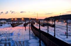 Widok sortuje stacja kolejowa frachtowi samochody zdjęcia stock