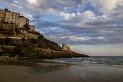 Widok Sperlonga i piękna piaskowata plaża z Truglia wierza, Latina prowincja w południowym Lazio Włochy Zdjęcia Royalty Free